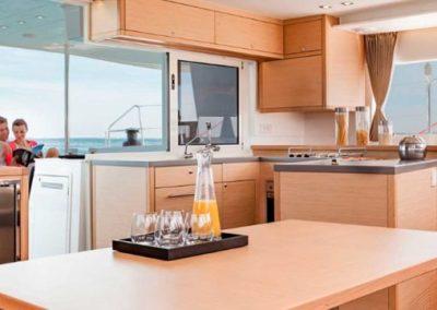 Rumboaltea-alquiler-catamaran-ibiza-lagoon-450-salon-1024x361